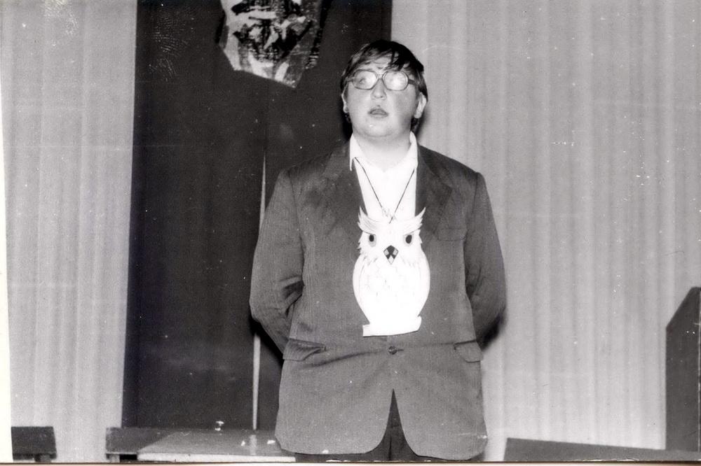 Гэта я пасля другога курса, лета 1983 года, Зэльва. Я — выхавацель у абласным профільным лагеры навук, вяду конкурс «Што? Дзе? Калі?» З савой на шыі — і сам падобны да савы