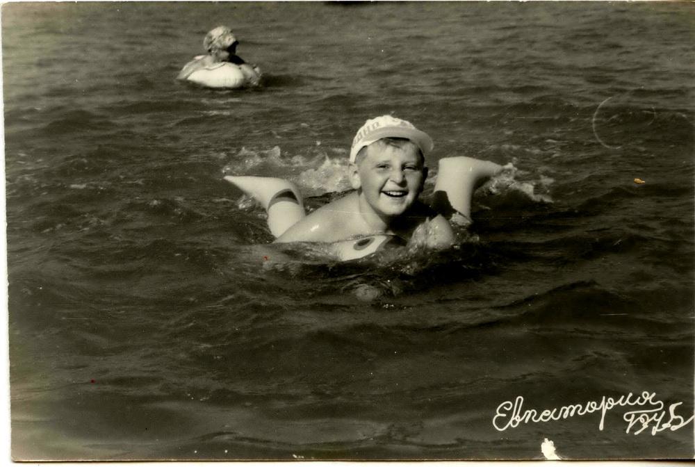 Адзіны раз мама адвезла мяне ў Крым. 1975 год, Еўпаторыя, я плыву на нейкім паўспушчаным крузе…