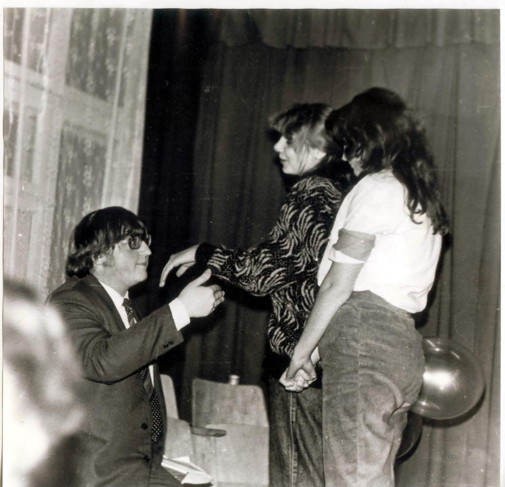 Гэта я какетнічаю з Марынай Бобрык. Здаецца, 1989 год… Вы паглядзіце, якая ў мяне шавялюра!.. І румянец, блін, ва ўсю шчаку! Мяне ўвогуле цяжка здымаць — заўсёды чырванею