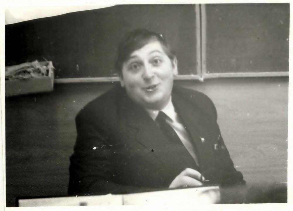 Школьны настаўнік Аляксандр Фядута пасля адкрытага ўрока па «Майстру і Маргарыце», 1988 год. Выгляд прышлёпнуты, ідыёцкі: «Сыдзіце адсюль, дайце мне перадыхнуць!»