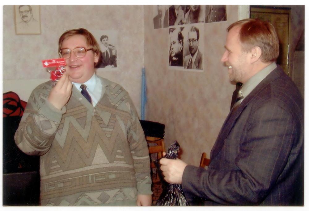 Гэта нейкі падарунак з нагоды Новага года мне зрабілі сацыял-дэмакраты. Гэта я ў офісе эсдэкаў, а побач — усё яшчэ на волі Мікола Статкевіч