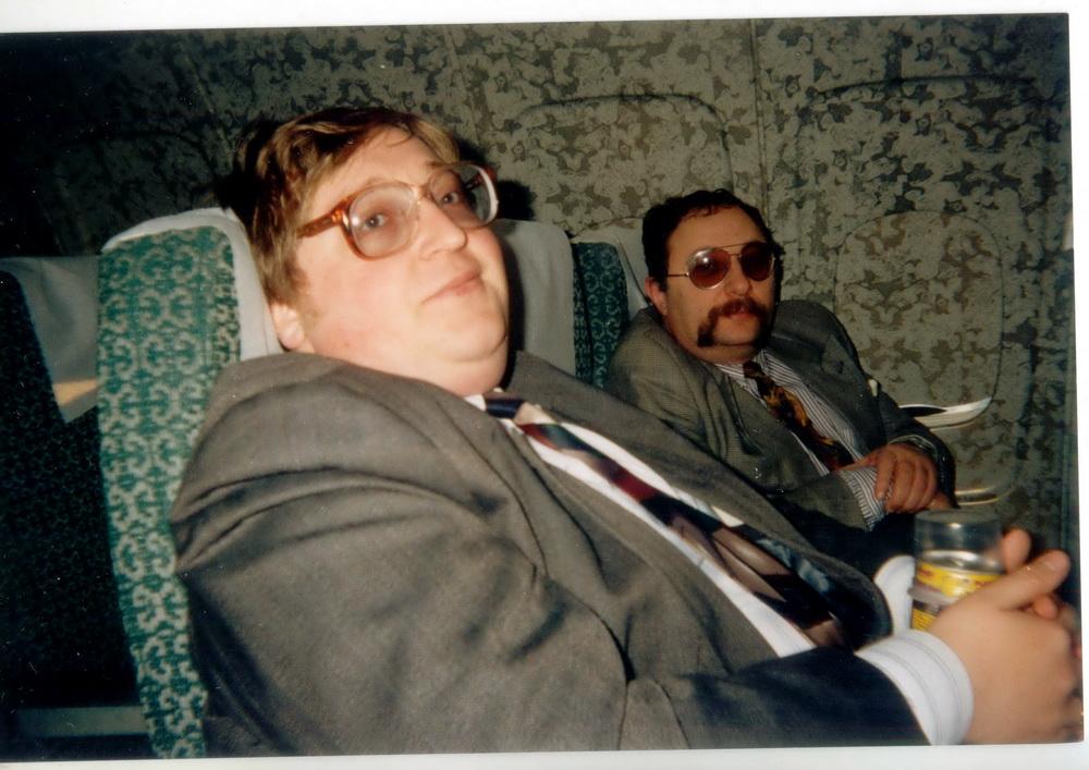 Тут прадстаўляць нікога не трэба? 1994 год. Гэта мы, дарэчы, у прэзідэнцкім самалёце, ляцім у Маскву — першы замежны візіт Лукашэнкі. Ён ляцеў у гэтым жа самалёце, за перагародкаю — як бы мы сказалі сёння, у бізнэс-класе. У нас з Паўлам Якубовічам складаныя адносіны… Першы раз у гэтым годзе я не згадаў яго ў ліку сваіх настаўнікаў на Дзень настаўніка. І дагэтуль не ведаю, ці слушна я зрабіў, бо ад настаўнікаў адмаўляцца нельга. Як пісаць — я многаму ў яго навучыўся