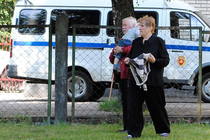 Бацькі Станіслаў і Ванда Пачобут каля суда чакаюць, калі прывязуць Андрэя. Чэрвень 2011 г.