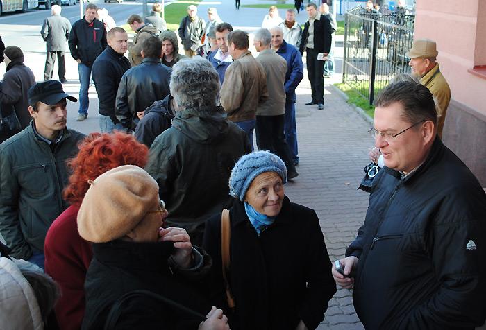 """Каля будынка гаспадарчага суда пад час працэсу над фірмай """"Палоніка"""", 2010 г."""
