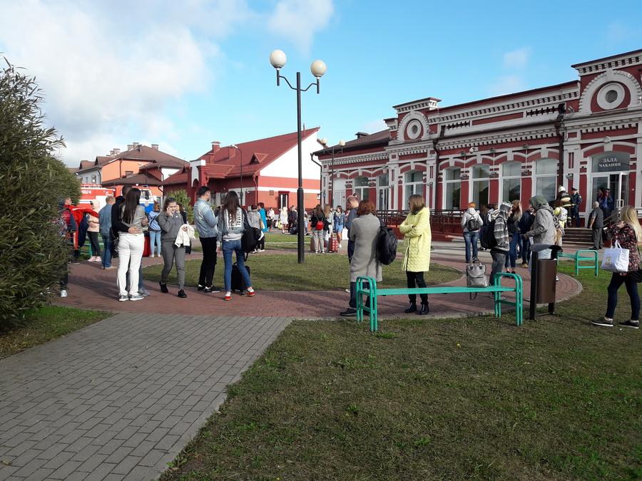 Пасажыры цягніка «Менск – Вільня» на станцыі Гудагай. Фота – Вольга Чайчыц / Белсат