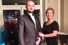 """Жена Аркадия Бабченко впервые рассказала СМИ о покушении на мужа, его """"воскрешении"""" и семье"""
