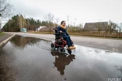 На коляске, по деревне, с диктофоном. Как живет и работает журналист с диагнозом СМА