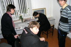 Павел Севярынец падпісвае сваю кнігу «Люблю Беларусь» чытачам. 2008 год