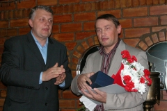 Павел Шарамет уручае прыз заснавальніку і генеральнаму дырэктару інфармацыйнай кампаніі БелаПАН Алесю Ліпаю