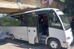 Одесские журналисты не доехали к Порошенко: автобус зацепился крышей за мост