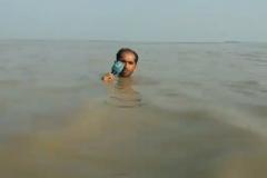 Пакістанскі рэпарцёр распавёў аб паводцы па шыю ў вадзе ВІДЭА