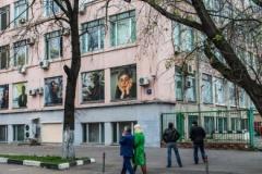 Журналисты из «Новой газеты» повесили в окнах редакции портреты Политковской