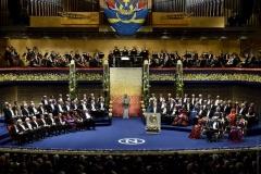 Нобелевские лауреаты на сцене Концертного зала Стокгольма.