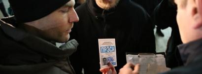 """Милиция проверяет удостоверения у журналистов. Фото """"Радио Свобода"""""""