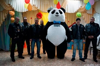 «Эстафетам добрых спраў»: байкеры и панда поздравили маленьких случчан в День защиты детей