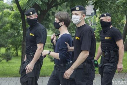Избивали и штрафовали. За 2 месяца силовики задержали больше 40 журналистов во время их работы
